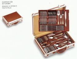 Алюминевый чемоданы для стол. прибор. с коричнев.вкладышами